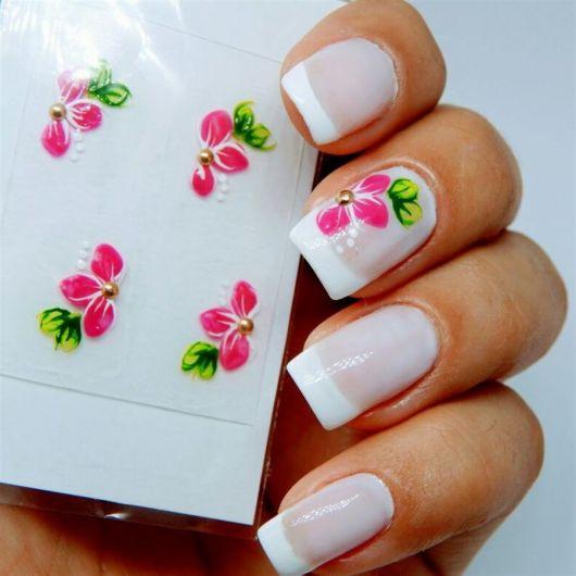 unhas francesinhas brancas com flores cor de rosa com verde.