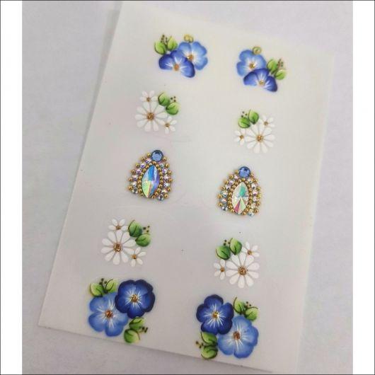 adesivos azuis de flores e pedrarias.