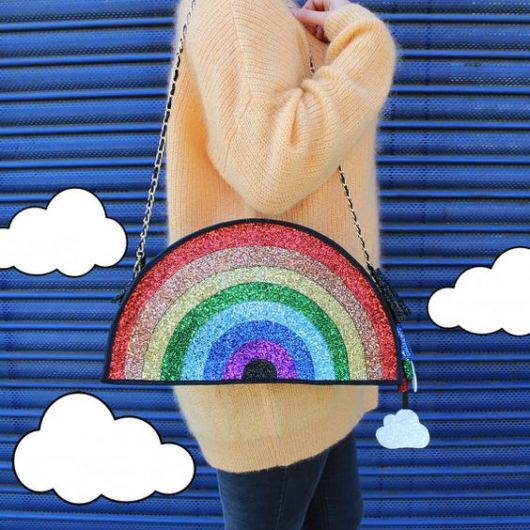 Bolsa imitando arco-íris.