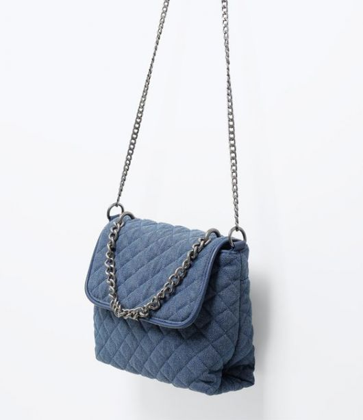 Bolsa matelassê azul.