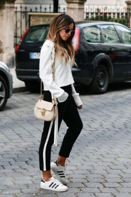 Tênis branco, calça preta e moletom branco.