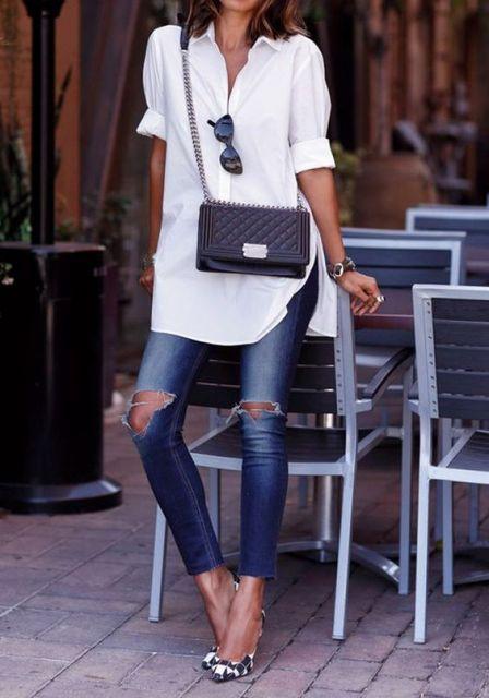 Looks com destroyed jeans, camisa branca e bolsa com alça de corrente.