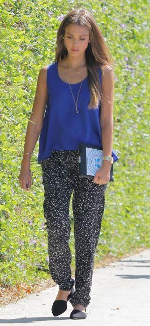 Jéssica alba usando calça indiana com regata azul e sapatilha.