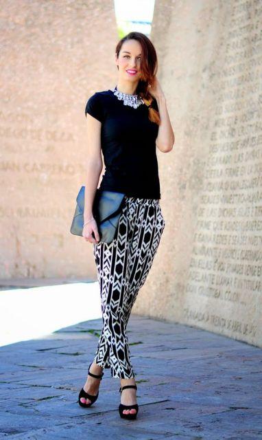 Calça indiana combinada com salto alto e camiseta preta.