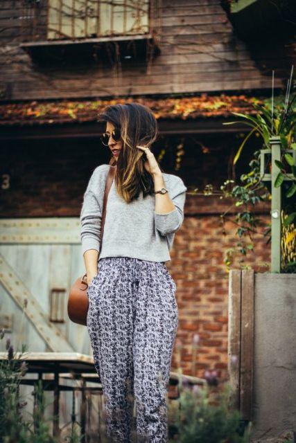 Blogueira usando calça indiana e blusa cinza.