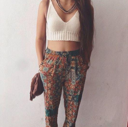 Mulher vestindo cropped e calça indiana.