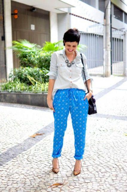 Calça indiana azul clara com camisa branca.