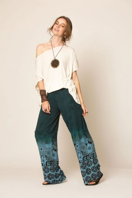 Bata, calça indiana e rasteirinha.