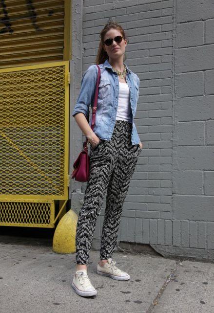Tênis branco, calça indiana estampada e jaqueta jeans.