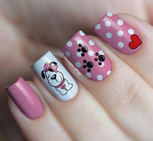 unhas com adesivos de cachorrinho cor de rosa.