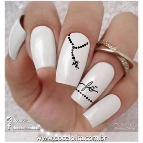 unha pintada de branco com adesivo de fé.