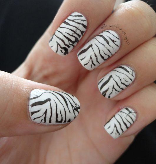 unha preta e branca com estampa de zebrinha.