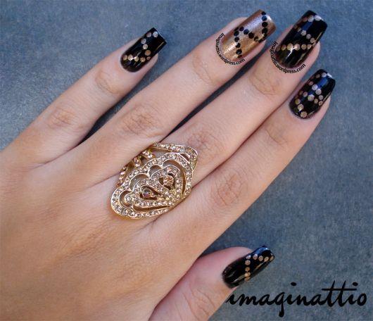 modelo de unha preta com dourado.