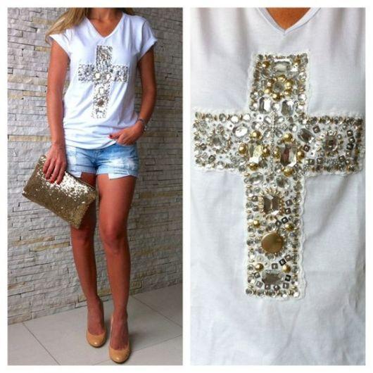 Camiseta Bordada com pedras e cruz