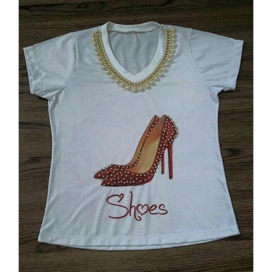 Camiseta Bordada com sapato vermelho