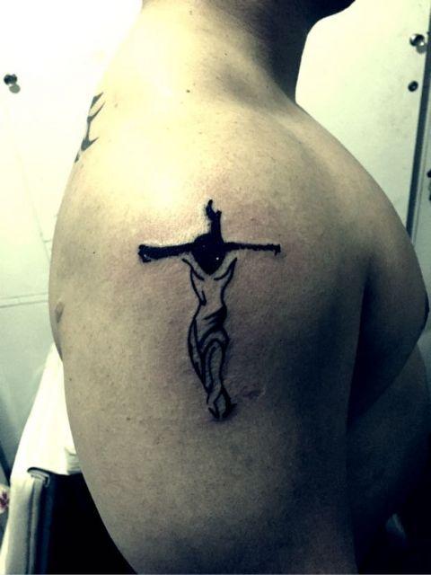 Uma tatuagem de Cristo na cruz