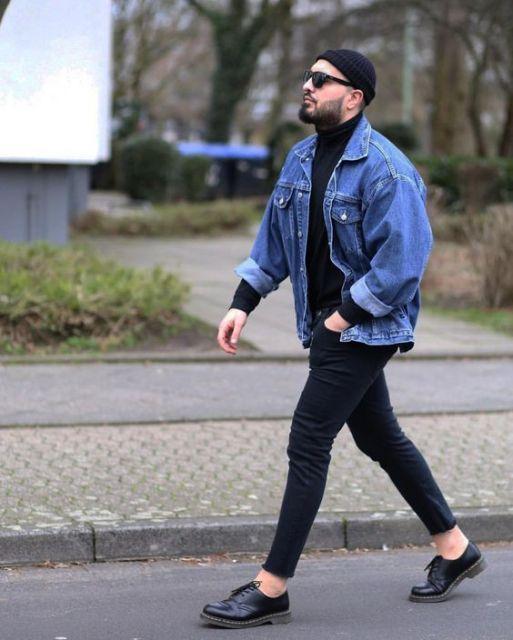 A jaqueta azul e os acessórios incrementam a composição, um exemplo interessante para rapazes modernos