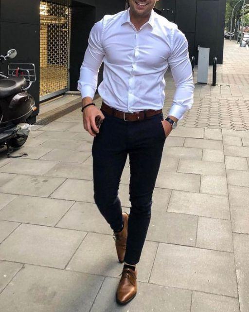 O sapato oxford masculino verniz vai bem com camisa branca
