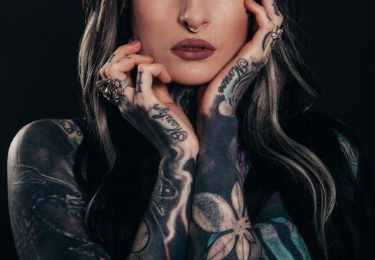 tatuagem braço fechado feminino tinta preta