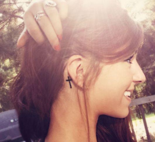Linda tattoo minimalista atrás da orelha
