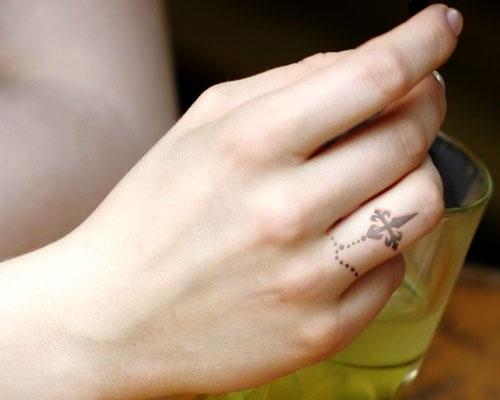 Tatuagem pequeno no dedo com terço