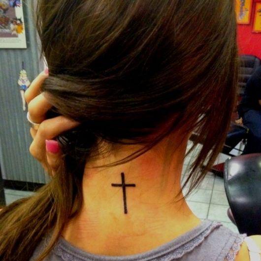 Tatuagem de cruz na nuca, uma tendência entre garotas de várias idades