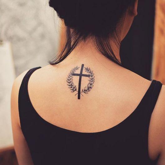 Tattoo pequena nas costas com detalhes
