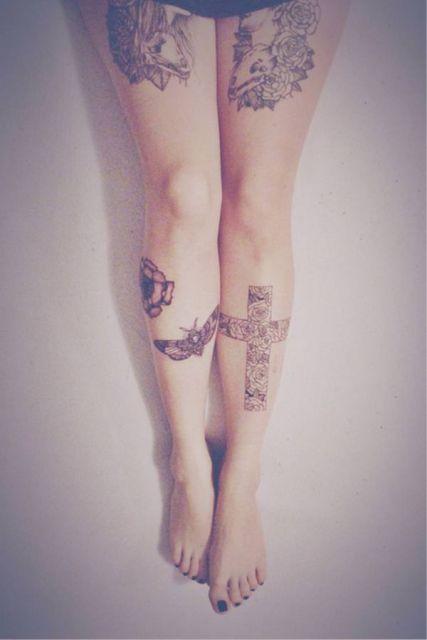 Linda tattoo de cruz na perna