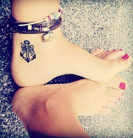Tatuagem de cruz feminina com laço