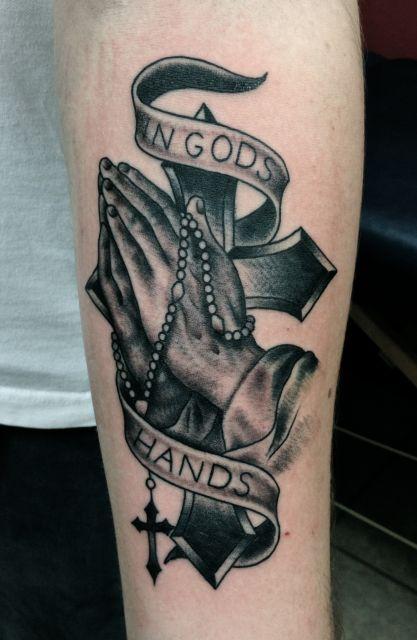 As tatuagens de cruz tem total ligação com a religião cristã e sempre está associada a outros elementos