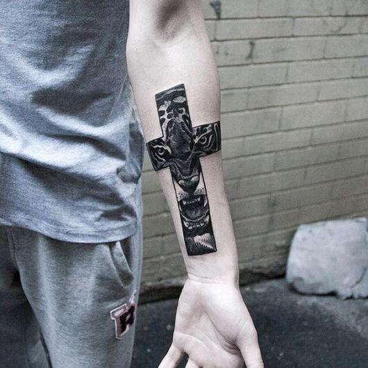 Tatuagem de cruz sombreada com leão no centro