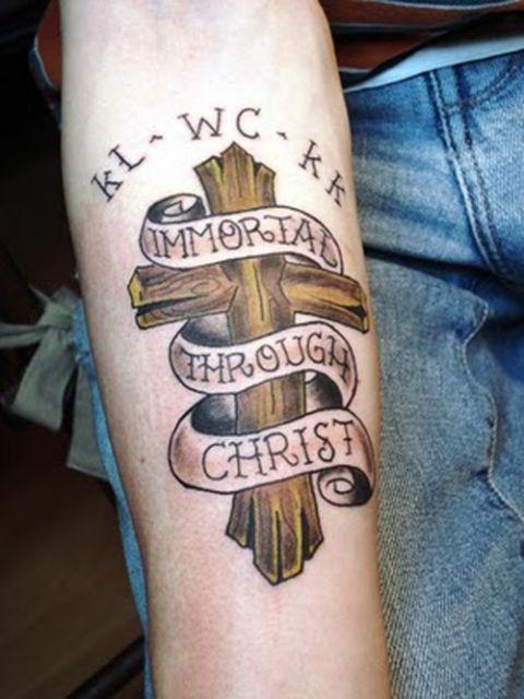 Tatuagem de cruz de madeira com pegada religiosa