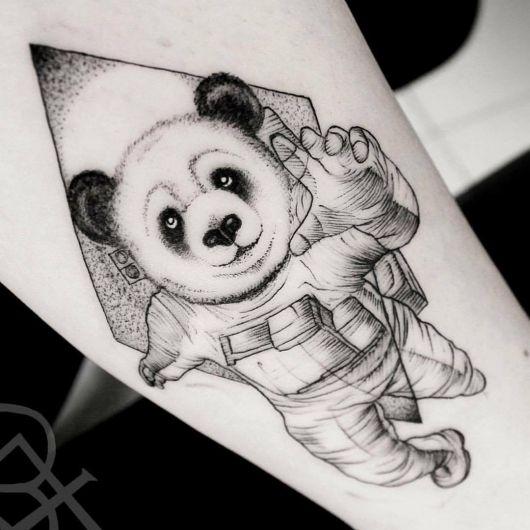 tatuagem de panda astronauta