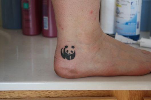 tatuagem de panda no calcanhar
