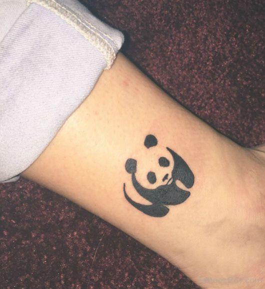 tatuagem de panda discreta na perna
