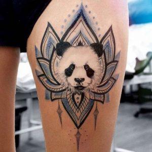 tatuagem de panda colorida na coxa
