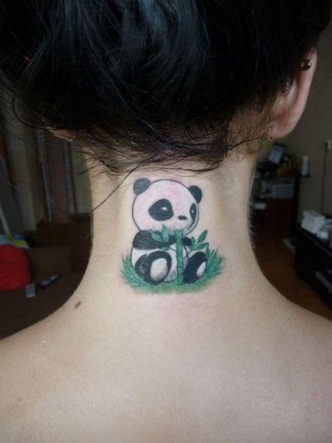 tatuagem de panda pequena no pescoço