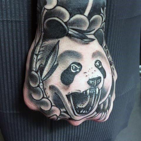 tatuagem de panda no punho