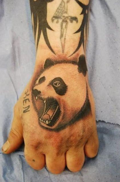 tatuagem de panda na mão