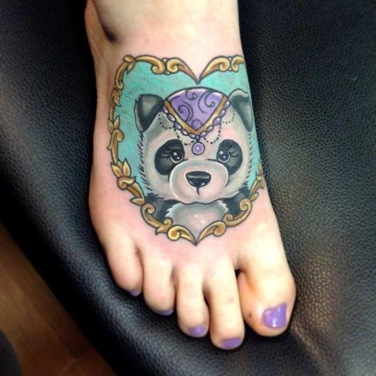 tatuagem de panda no peito do pé