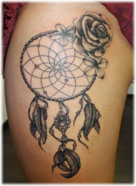 tatuagem filtro dos sonhos na coxa com rosa preta