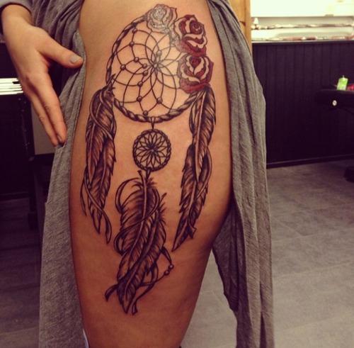 tatuagem filtro dos sonhos na coxa com rosas vermelhas