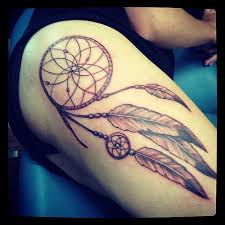 tatuagem filtro dos sonhos na coxa longa