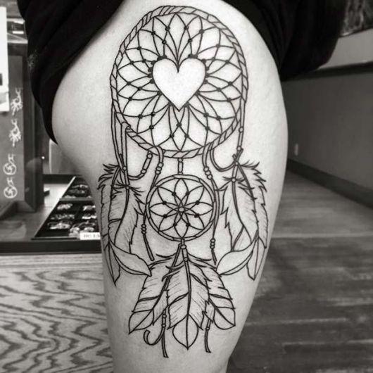 tatuagem filtro dos sonhos na coxa toda vazada