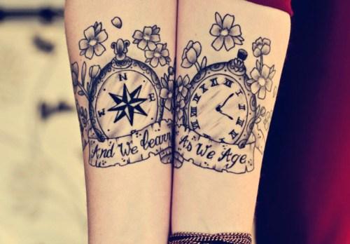 Duas bússolas com flores e uma frase para selar todo o amor do casal