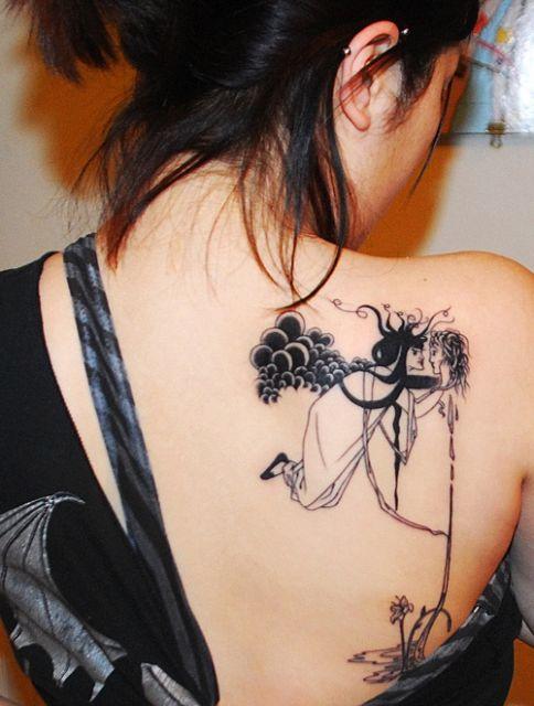 Linda tattoo nas costas para as mulheres que amam modelos alternativos