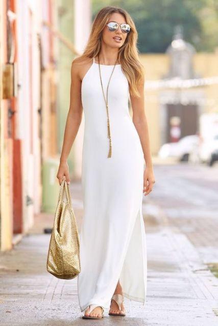 Vestido branco liso e longo com fenda.