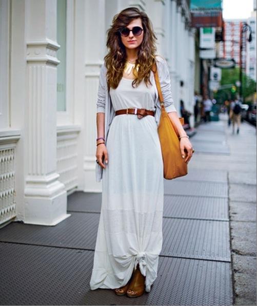 modelo veste vestido cinza com bota e bolsa na cor amarelo.