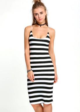 Modelo veste vestido preto e branco com listras.