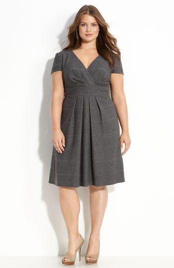 "modelo veste vestido cinza com corte ""V"" no decote."